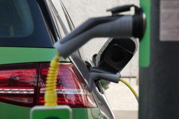 E-Auto mit Ladekabel und Ladestation